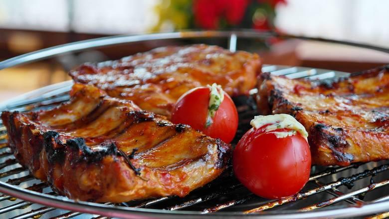Grillowanie to kulinarna atrakcja nawet dla tych, którzy na co dzień nie gotują. Apetycznie przypieczone jedzenie z nutą dymu na świeżym powietrzu smakuje