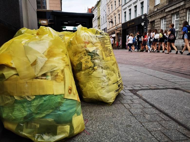Drastyczna podwyżka cen za wywóz śmieci była zapowiadana jeszcze w 2019 roku. Mieszkańcy podtoruńskich gmin już od kilku miesięcy płacą nawet o 50% więcej
