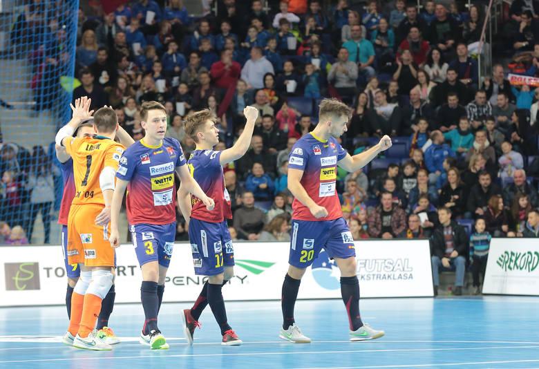 W dwóch spotkaniach sezonu zasadniczego między Pogonią a Gattą lepszy bilans ma ekipa ze Zduńskiej Woli. W Szczecinie zremisowała 1:1, u siebie wygrała