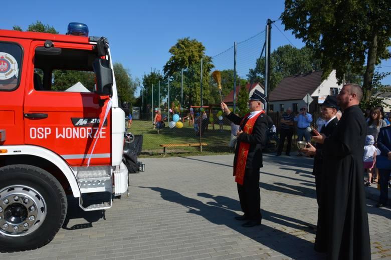 Niedawno  uroczyście  przekazano jednostce Ochotniczej Straży Pożarnej w Wonorzu (gm. Dąbrowa Biskupia)  nowocześnie wyposażony samochód ratowniczo-gaśniczy.