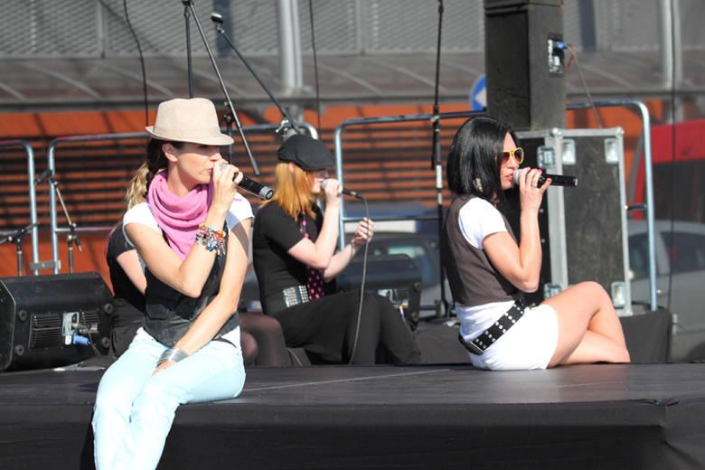 Sweet Rebels. Gwiazdy X-Factor wystąpily na scenie przy centrum Karolinka w Opolu.