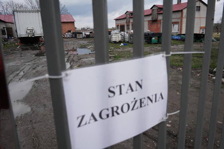 """Wójt gminy Chodów na ogrodzeniu zawiesił informacje """"Zakaz wstępu"""", """"Stan zagrożenia"""".<br />"""