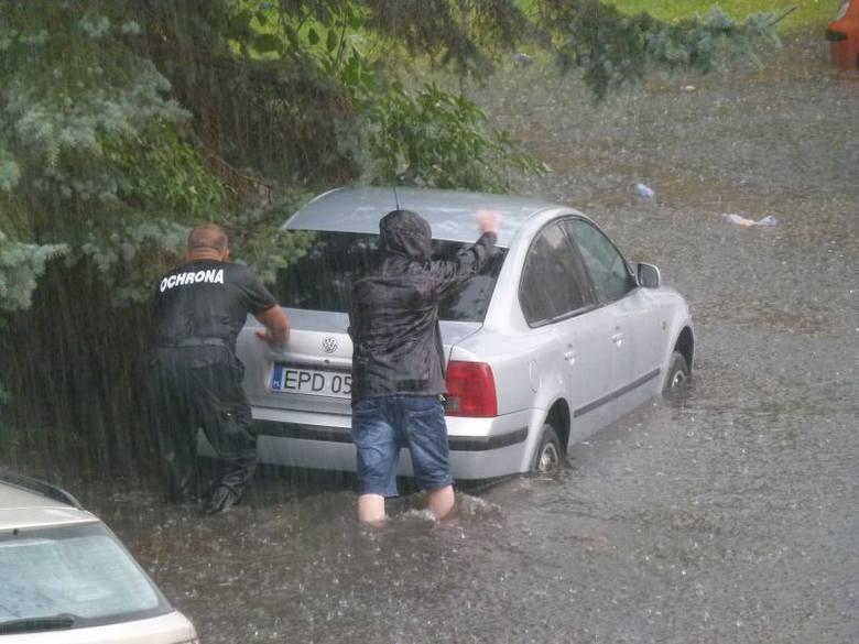 Ciśnienie wody wyrywa drzwi od garażu – relacjonował mieszkaniec ul. Rodakowskiego. - Zalane są garaże, a studzienki wybijają jak fontanny. Takie obrazki