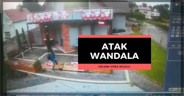 Nieznany sprawca zdemolował ogródek przed jednym ze sklepów w Zielonej Górze Raculi. Wyrywał parasole, rzucał kamieniami…Wszystko zarejestrowały kamery