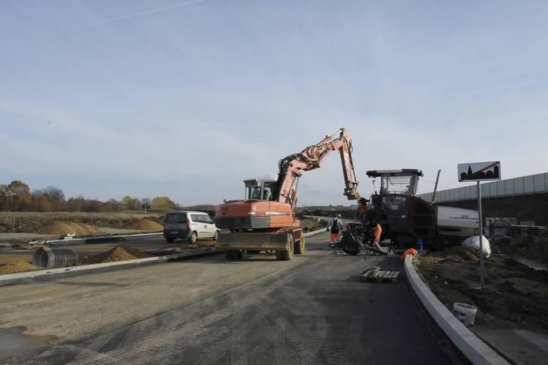 Budowa zjazdu z A4 w Podłężu idzie planowo. Z obwodnicą jest inaczej