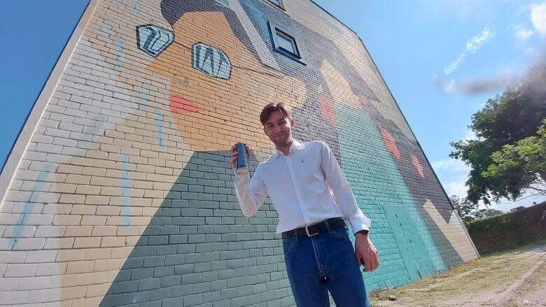 Uroczystość odsłonięcia zwycięskiego muralu z okazji 20-lecia Uniwersytetu Zielonogórskiego. Pierwsze miejsce zdobył Aleksander Buchowiecki – student