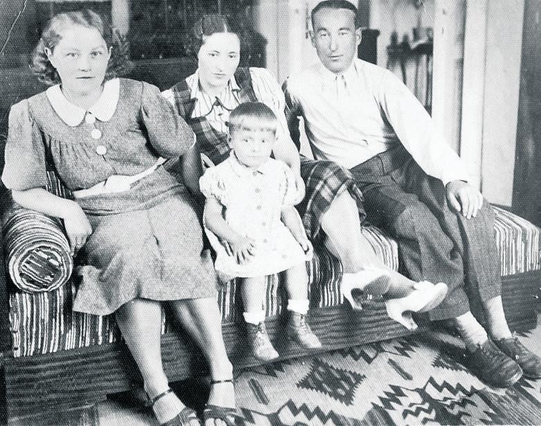Drohobycz, rok 1939. Mała Ania z rodzicami Stanisławem i Stefanią Królami oraz ukochanym stryjkiem Franciszkiem Królem (z prawej), później zamordowanym
