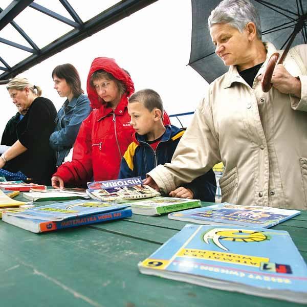 Sprzedaż i wymiana podręczników ruszyła pełną parą mimo, że w sobotę pogoda nie sprzyjała.