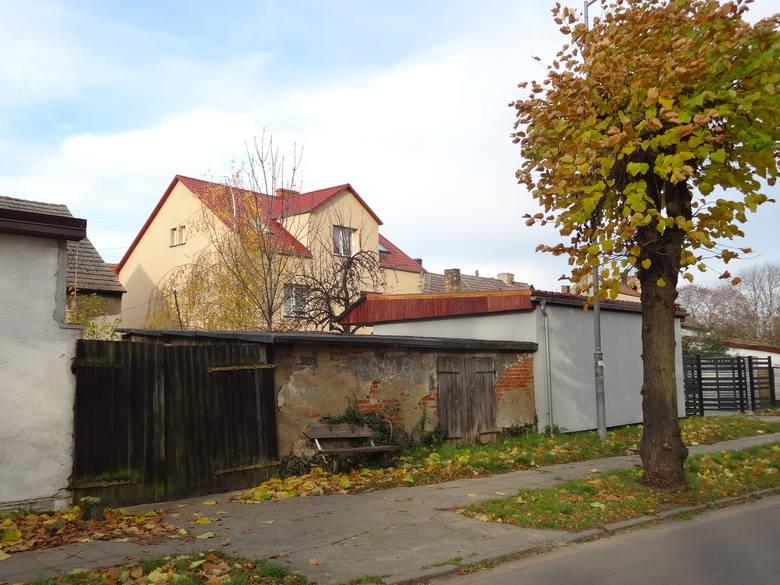 Szarzyzna i ruina, kiedy obok piękne odnowione parkany