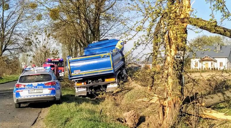 W Małczewie (gm. Brzeziny) ciężarówka wypadła z drogi wprost na drzewo