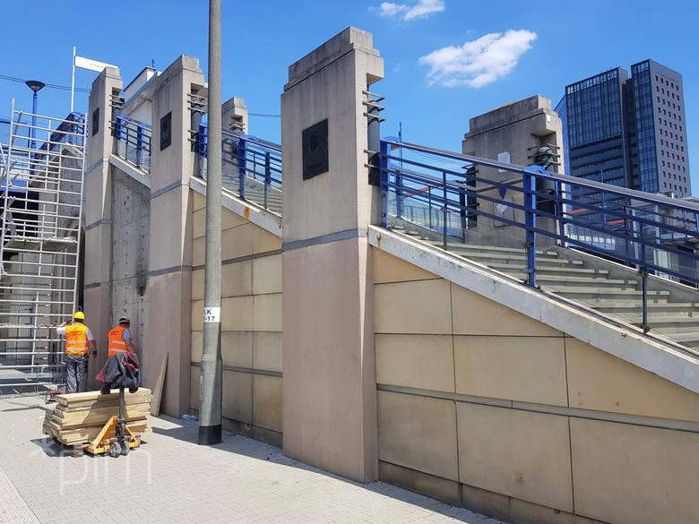 W związku z pracami od poniedziałku, 8 czerwca, piesi nie będą mogli korzystać ze schodów, łączących chodnik na moście z wejściem na peron I.