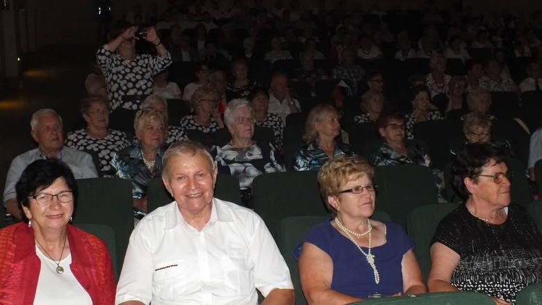 Zespoły, kabarety... około 400 osób uczestniczyło w piętnastej Biesiadzie Seniorów w Wąbrzeskim Domu Kultury. Goście i wykonawcy przyjechali m.in. z