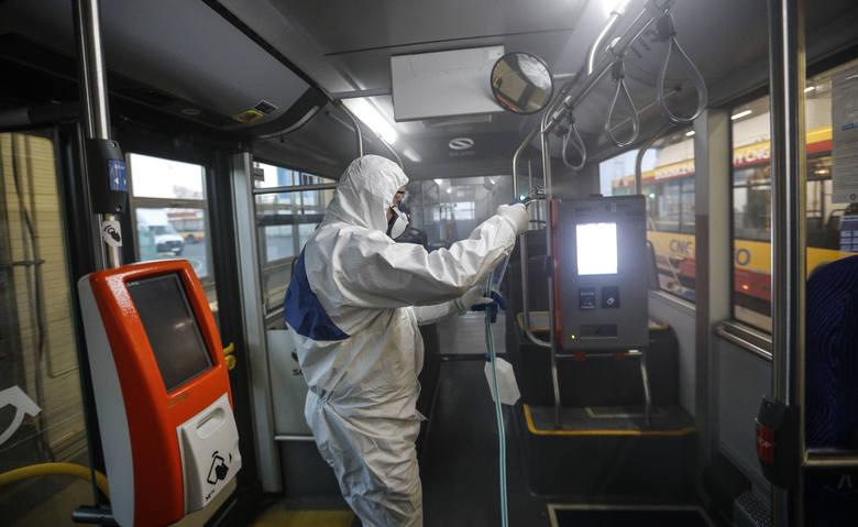 MPK Rzeszów walczy z zagrożeniem epidemią koronawirusa. Tak wygląda dezynfekcja autobusów miejskich.PRZECZYTAJ TEŻ: MPK Rzeszów odgradza kierowców od