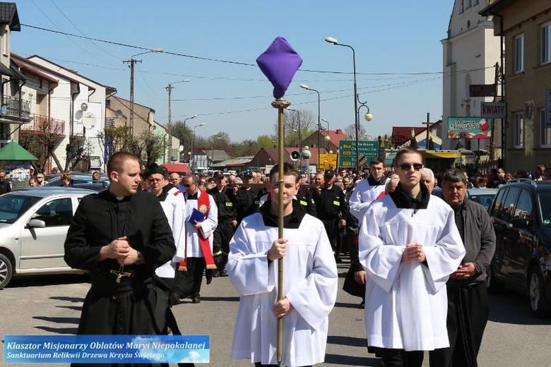 Uroczystości Wielkiego Piątku na Świętym Krzyżu przewodniczył biskup Krzysztof Nitkiewicz, ordynariusz diecezji sandomierskiej.Liturgia na cześć Męki