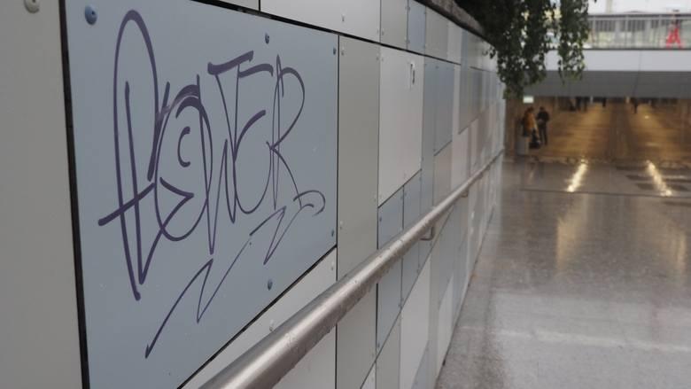 W otwartym nie tak dawno wyremontowanym przejściu podziemnym w Koszalinie, które prowadzi od ul. Dworcowej do dworca PKP, już ktoś zapragnął się popisać