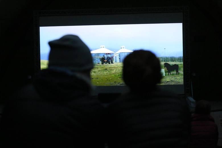 Seans w kinie plenerowym to pierwsza od dłuższego czasu okazja na zobaczenie filmu na wielkim ekranie i w otoczeniu innych widzów.