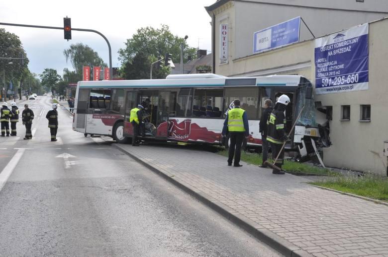 Dostawczy bus wjechał w miejski autobus. Nikt nie ucierpiał, ale sytuacja wyglądała groźnie.