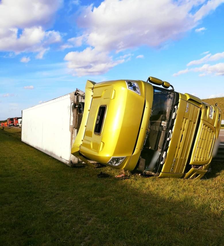 W piątek ok. godz. 15 służby ratunkowe otrzymały zgłoszenie o wypadku na autostradzie A4 na pasie w kierunku Korczowej tuż przed MOP Cieszacin Wielki