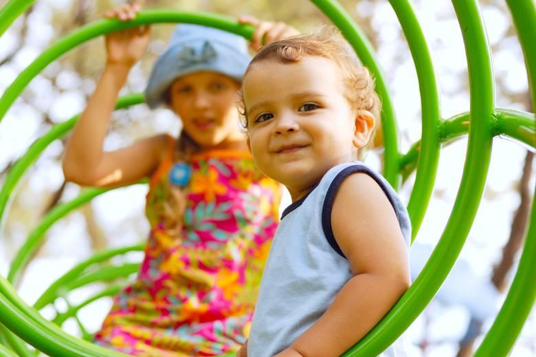 Zanim dziecko pójdzie na plac zabaw, porozmawiaj z nim o zagrożeniach, jakie mogą tam być. Większości wypadków można uniknąć - właśnie dzięki świadomości,