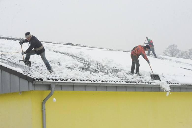 Usuwanie nadmiaru śniegu z dachu, a także sopli i nawisów śnieżnych należy do obowiązków zarządcy budynku.