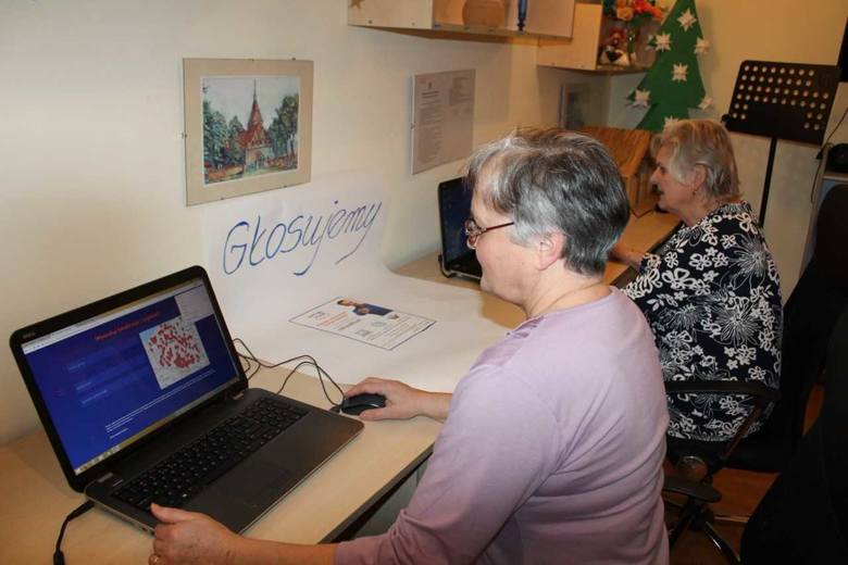 Seniorzy także zaangażowali się w głosowanie na Naukową Stację Zabaw. Przychodzą do Gminnego Ośrodku Kultury w Unisławiu, w którym pracownicy pomagają
