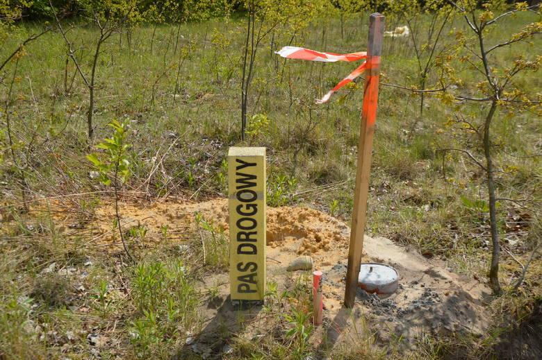 Na razie usunięto zabudowania i drzewa, teren budowy został oznakowany i objęty monitoringiem. Ma to zapobiec podrzucaniu na przyszłą drogę odpadów i