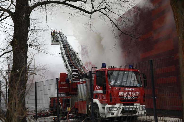 Pożar archiwum miejskiego Urzędu Miasta Krakowa. Akcja gaśnicza wciąż trwa. Czy doszło do podpalenia? Sprawdzą to śledczy