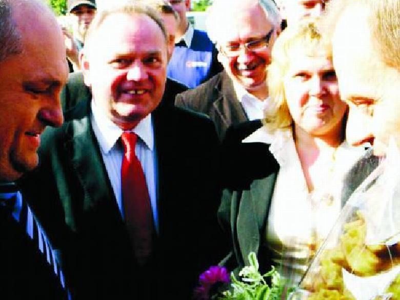 Mazurscy politycy przyłączyli się do tournee premiera Tuska po Mazurach tuż przed Ełkiem. Na stacji benzynowej wręczyli mu bukiet polnych kwiatów i lokalny