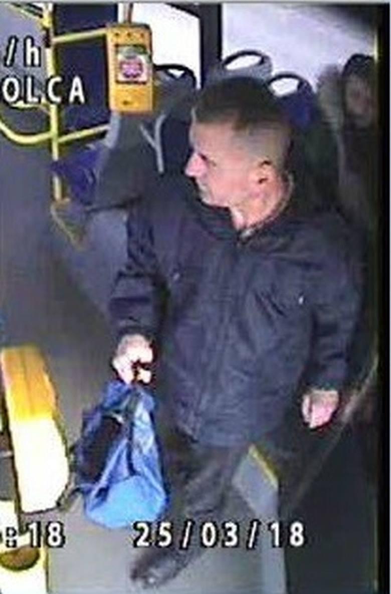 """Mężczyzna został przyłapany w autobusie komunikacji miejskiej, gdy próbował """"doprowadzić do innej czynności seksualnej""""."""