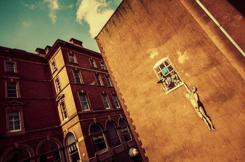 BanksySławny na całym świecie ze swych graffiti brytyjski artysta nigdy nie pokazał się publicznie. Znany reprezentant sztuki ulicznej nigdy też nie