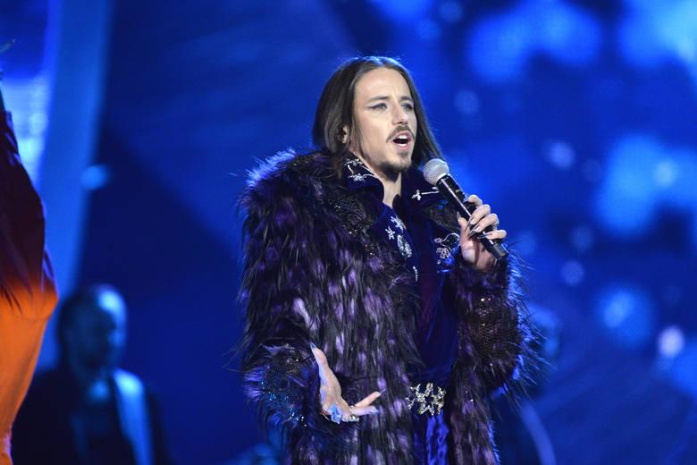 Michał SzpakOprócz wokalnych umiejętności, Michał Szpak zaprezentował także nietuzinkowe kreacje sceniczne, o których długo się mówiło.