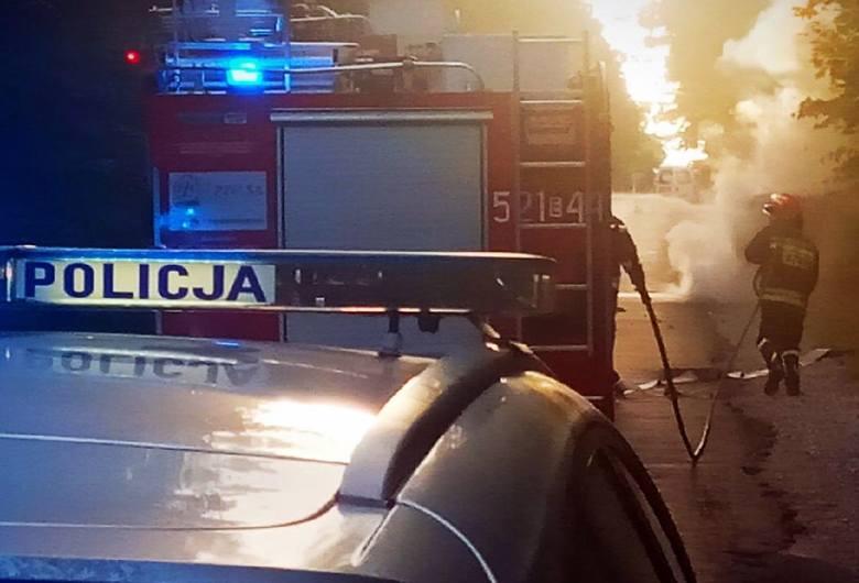 Samochód spłonął po uderzeniu w drzewo na drodze gminnej w Wałowicach [ZDJĘCIA]