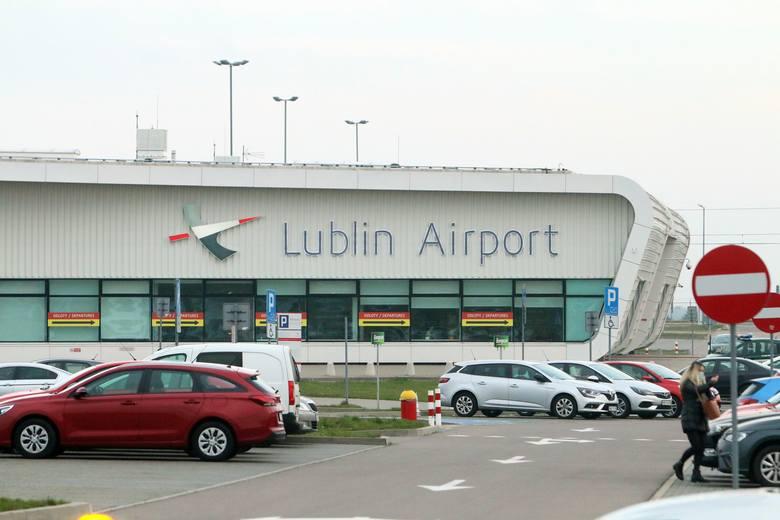 Opustoszały Port Lotniczy Lublin. Płyta lotniska zmieniła się w parking. Zobacz zdjęcia