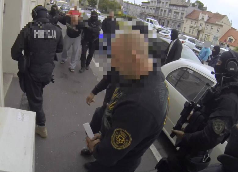 Jeszcze w środę (24 czerwca) policjanci doprowadzili do sądu czterech podejrzanych do sprawy dotyczącej obrotu znacznych ilości narkotyków. Mężczyźni