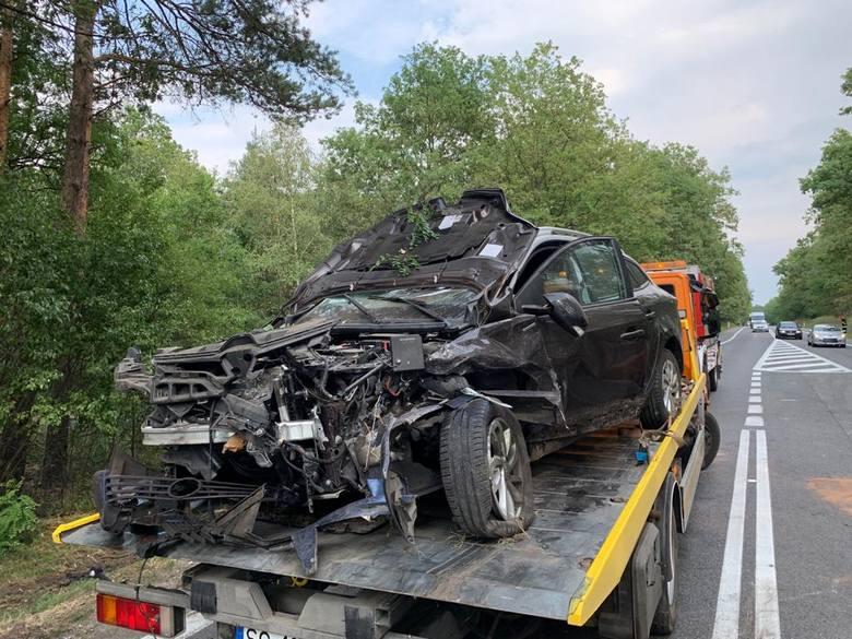 Do zdarzenia doszło po godzinie 15.00 na drodze między między Opolem i Walidrogami, przed wsią. Jedna osoba trafiła do szpitala. Trwa ustalanie przyczyn.