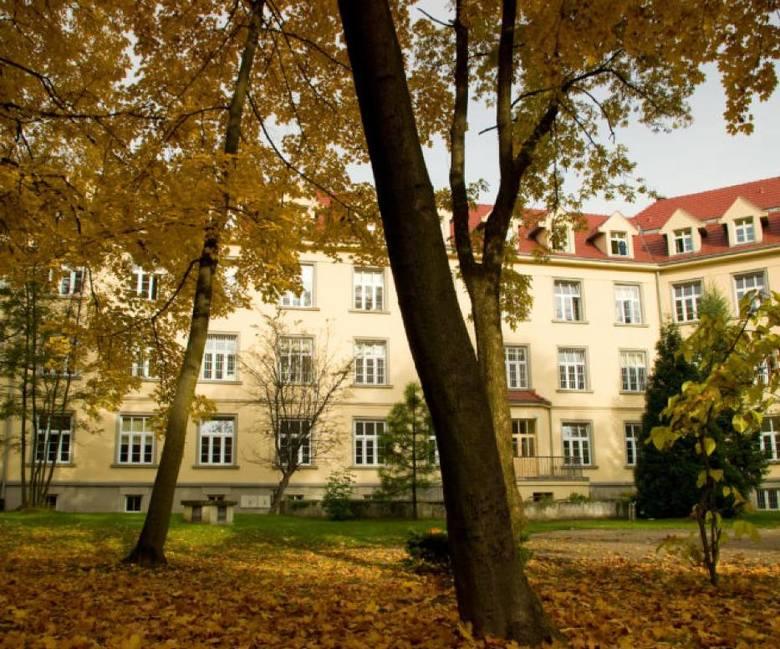 Zespół szpitalno-parkowy zajmuje ponad 50 hektarów.