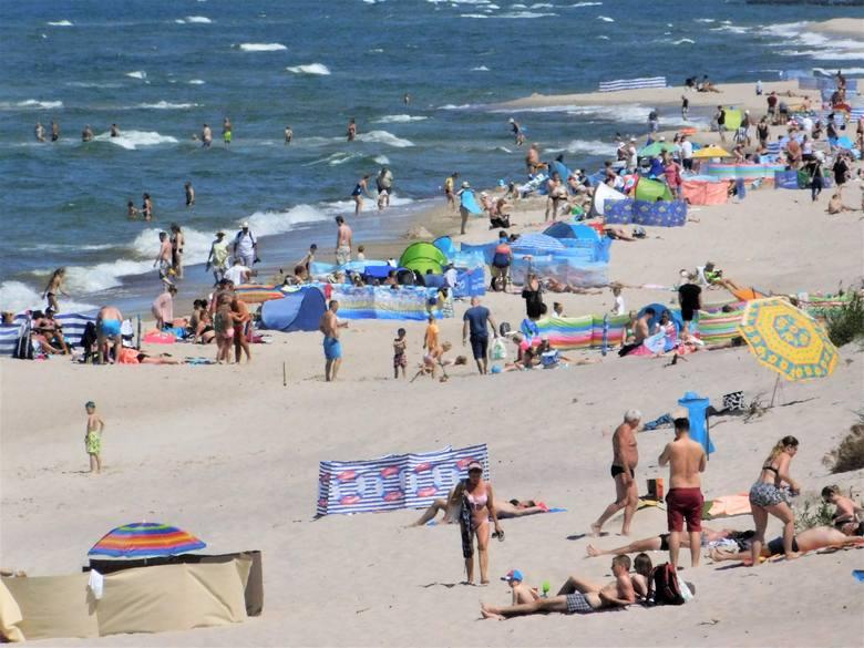 Sezon można uznać za rozpoczęty. Pierwszy weekend wakacji przyniósł nam przepiękną pogodę. Zobaczcie zdjęcia z sobotniego południa na plaży w Łazach.Zobacz