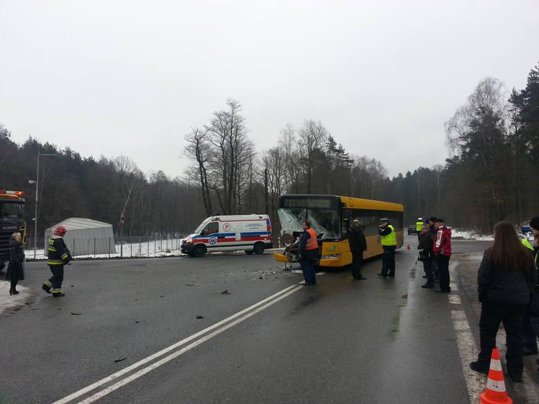 Wypadek autobusu w Gliwicach. 7 osób rannych. Kierowca TiRa nie zatrzymał się na skrzyżowaniu