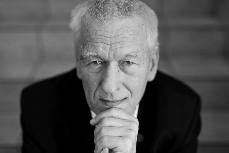 Urodzony w 1941 r.Polityk, fizyk, nauczyciel akademicki. Był działaczem opozycji demokratycznej w okresie PRL, a także założycielem Solidarności Walczącej.