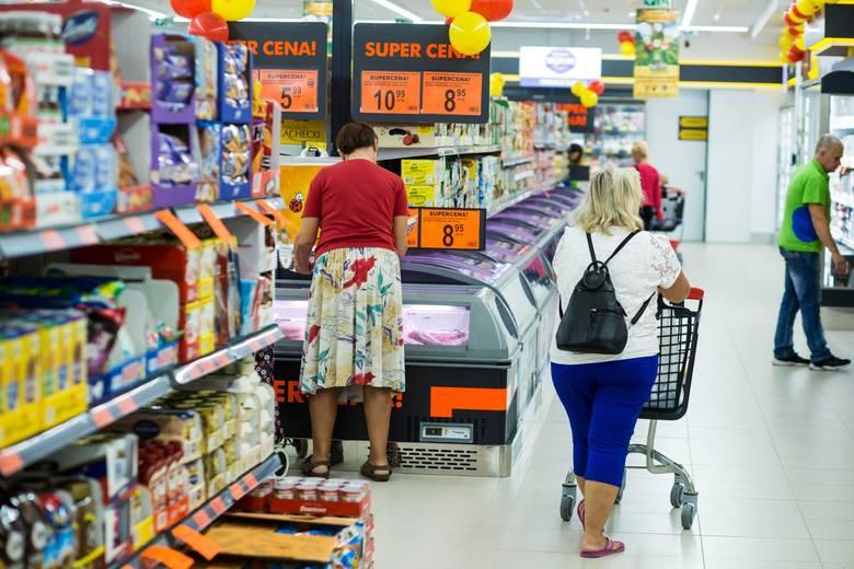 Wśród handlowych pracodawców prym wiodą Lidl i Biedronka, gdzie zarobki są najwyższe. Jednak, by przyciągnąć chętnych, nie wystarczy płacić.