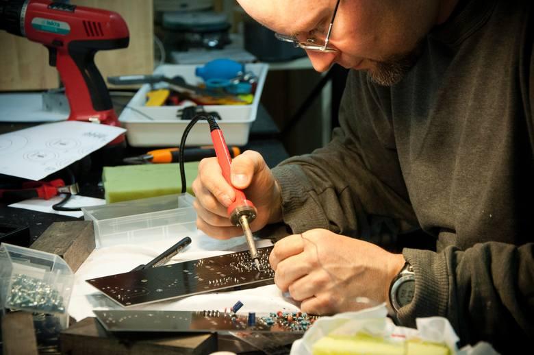 Jeśli posiadamy zdolności techniczne, dobrym pomysłem na pracę dodatkową może być naprawa komputerów lub sprzętów elektronicznych.
