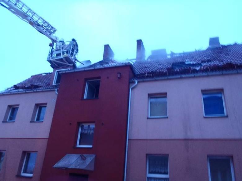 Kilka zastępów straży pożarnej gasiło pożar budynku przy ul. Mieszka I w Lęborku.