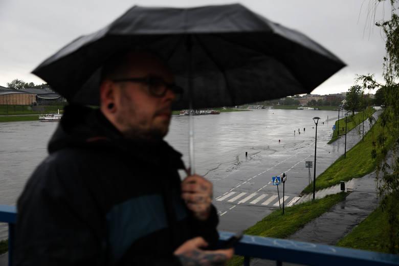 Ulewy w Krakowie. Bulwary wiślane zostały zalane [ZDJĘCIA]