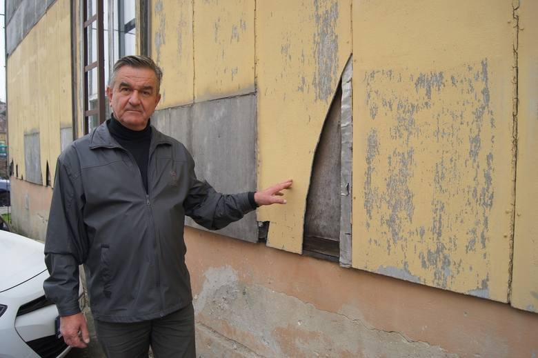 Ryszard Knapik przy budynku poradni przy ul. Nadbrzeżnej Dolnej, pokrytym płytami z azbestu, w którym pracowała jego żona. Obiekt ostatecznie rozebrano