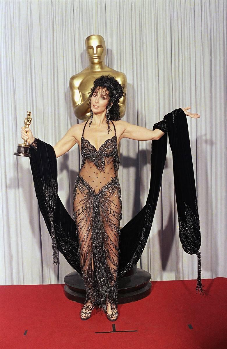 """1988 r. Cher z Oscarem za pierwszoplanową rolę kobietą w filmie """"Wpływ księżyca"""""""