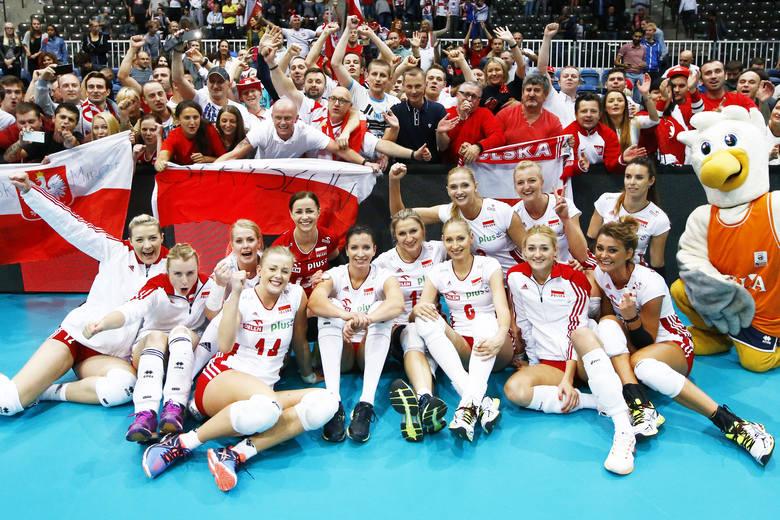 Polki z kibicami świętują awans do ćwierćfinału.