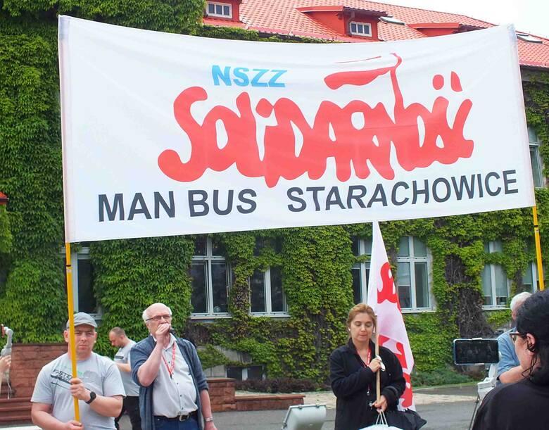 """Podczas piątkowej pikiety związkowców """"Solidarności"""" przed budynkiem biura MAN Bus Starachowice. Przemawia przewodniczący Jan Seweryn."""