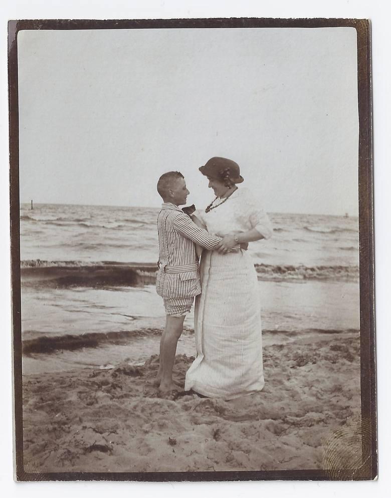 Szalenie popularne były materiały w paski. Zwłaszcza w modzie męskiej. Scenka z przedwojennej plaży w Sopocie