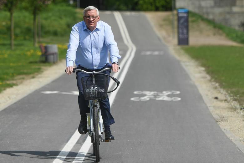 """Jacek Jaśkowiak cały czas jest kojarzony przez poznaniaków jako """"prezydent na rowerze""""."""