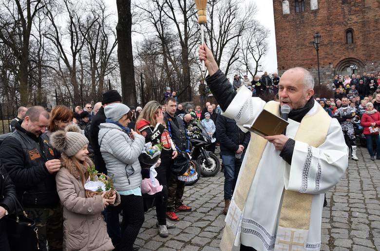 Tradycyjna motoświęconka odbyła się pod Bazyliką Mniejszą (parafia Imienia Najświętszej Maryi Panny) w Inowrocławiu. Koszyki z potrawami, które będą